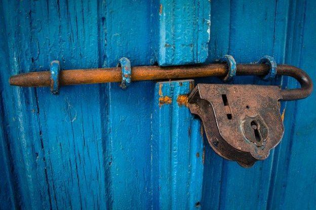 Barre de sécurité pour porte d'entrée : Laquelle choisir ?